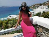 """""""بفستان بينك وبورنيطة""""..رانيا يوسف تستمع بإجازة الصيف على البحر × 3 صور"""