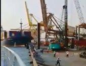 شاهد.. لحظة انهيار رافعة بعد اصطدامها بسفينة بميناء فى إندونيسيا