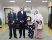 """رئيس جامعة سوهاج يكرم أسرة """"هاجر"""" الأولى على الثانوية العامة"""