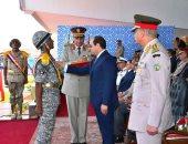 الرئيس السيسى يمنح أوائل خريجى معهد ضباط الصف نوط الواجب العسكرى