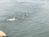 صور.. نهر النيل فى زفتى مصيف وملاذ المواطنين للهروب من حرارة الشمس