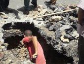 صور.. كسر ماسورة مياه للشرب يتسبب فى هبوط أرضى وسط الإسكندرية