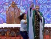 امرأة تدفع راهبا بالبرازيل من خشبة المسرح أثناء تقديمه عظة للشباب