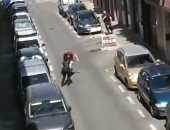 لحظة تعرض عناصر من الشرطة الإسبانية لهجوم بسلاح أبيض.. فيديو