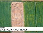 """شاهد.. فنان إيطالى يرسم """"بورتريه"""" أرمسترونج بالجرار الزراعى"""