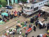 الباعة يفترشون قضبان القطارات بسوق الدلجمون..ورئيس كفرالزيات:توفير أماكن بديلة