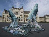 حوتان يسبحان فى المخلفات.. تمثال ضخم فى المجر للتوعية بخطورة تلوث المحيطات