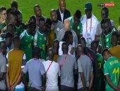 فيديو.. سيسيه يواسى السنغال فى جلسة بأرض الملعب بعد خسارة أمم إفريقيا