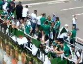 شاهد.. احتفال منتخب الجزائر بكأس أفريقيا فى حافلة مكشوفة وسط جماهيره