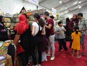 شاهد إقبال الجماهير على معرض رأس البر الثانى للكتاب .. صور