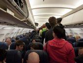 العنصرية فى كل مكان.. رجل يطلب من سيدة عدم التحدث بالإسبانية على متن طائرة
