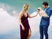 """شاب يتقدم لطلب حبيبته للزواج عن طريق """"كلب جولدن"""".. اعرف القصة"""