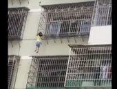 """شاهد.. إنقاذ طفلة من """"قضبان نافذة"""" كادت تشنقها"""