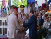 مدير الكلية الحربية يهدى الرئيس السيسى المصحف الشريف