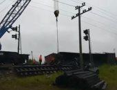 شاهد.. الطوارئ الروسية تعلن خروج قطار شحن عن القضبان لسوء الأحوال الجوية