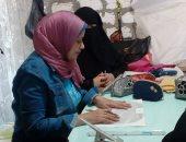 صور.. جامعة قناة السويس تنظم تدريبًا لسيدات عزبة الصفيح الأكثر فقرًا لإنتاج الملابس