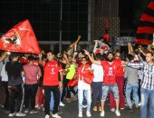 جماهير الأهلى تحتفل بدرع الدورى الـ 41 أمام مقر النادى بالجزيرة