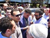 أحمد الفيشاوي ينهار من البكاء بصحبة زوجته خلال تشييع جنازة والده