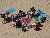 موجة حارة تضرب أوروبا وهروب المواطنين للشواطئ