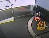 شاهد.. طفل يصعد على حزام نقل الأمتعة فى مطار أمريكى