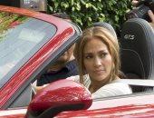 شاهد..خطيب جينيفر لوبيز يهديها سيارة بورش فى عيد ميلادها الـ 50
