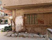 صور.. قرار إزالة عاجل لمنزل يمثل خطرا على المواطنين بالمحلة