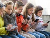 وزيرة إندونيسية تدعو الآباء لتقليل وقت أطفالهم على الهواتف المحمولة