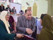 محافظ الفيوم يسلم تأشيرات الحج لحجاج الجمعيات الأهلية