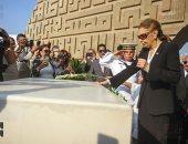 إمبراطورة إيران السابقة تزور قبر الرئيس الراحل أنور السادات