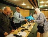 نقابة الصحفيين تسلم حجاجها تأشيراتهم وإمام بوزارة الأوقاف يقدم شرحاً للمناسك