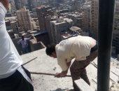 صور.. حملة إزالة لعقار مخالف وإشغالات وسط الإسكندرية