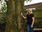 امرأة تتهم جارها بحقن شجرة فى حديقة منزلها بالسم.. أعرف القصة؟