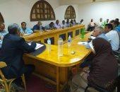 رئيس مركز الداخلة يناقش إجراءات تقنين أراضى وضع اليد مع رؤساء القرى