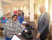 """رئيس جامعة كفر الشيخ يوزع لحوم """"الأضحى"""" على عمال الخدمات المعاونة"""