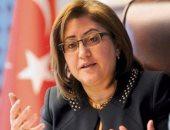 فيديو ..مسئولة بالعدالة والتنمية ترفع علم اسرائيل بجوار علم تركيا