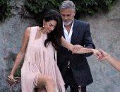 """أمل علم الدين """"حافية القدمين"""" في نزهة رومانسية مع جورج كلوني بإيطاليا"""