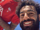 محمد صلاح يصل ليفربول ويحتفل بسيلفى مع فيرمينو