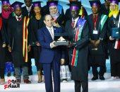 الرئيس السيسى يكرم عددًا من النماذج الواعدة من الشباب الأفريقى