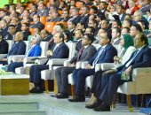 """السيسى ممازحًا وزير المالية: """"عندك فائض ومنشفها علينا ومغلبنا"""""""