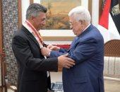 الرئيس الفلسطينى يمنح عمر العبداللات وسام الثقافة والعلوم والفنون