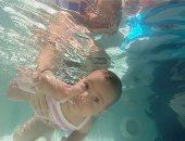 """بلبط وعوم حتى لو لسه بالبيبرون.. تعليم الرضع السباحة فى مصر """"فيديو"""""""