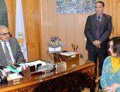 صور.. رئيس جامعة المنصورة يستقبل طالبة الدقهلية الأولى على الجمهورية