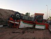 فيديو وصور.. إصابة سائق وتعطل حركة المرور بمدخل أسوان الجديدة بعد انقلاب شاحنة