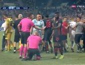 الألعاب النارية تصيب حكم مباراة فى الدوري الأوروبى.. فيديو