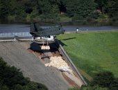 الجيش البريطانى يلقى أكياس الحصى على سد لمنع الفيضان من اجتياح وايلى بريدج