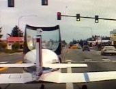 شاهد.. هبوط طائرة فجأة فى طريق مزدحم بالسيارات
