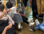شاهد.. مياه الفيضانات فى نيويورك تجبر ركّاب حافلة على الوقوف فوق مقاعدهم