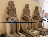 تثبيت تمثال سنوسرت على الدرج العظيم.. كم عدد تماثيل الملك بالمتحف الكبير؟