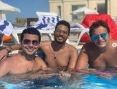 صور.. مصطفى خاطر ومحمد أنور فى حمام سباحة