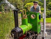 السن مجرد رقم.. عجوز يبنى خط سكة حديد مصغر حول منزله.. صور